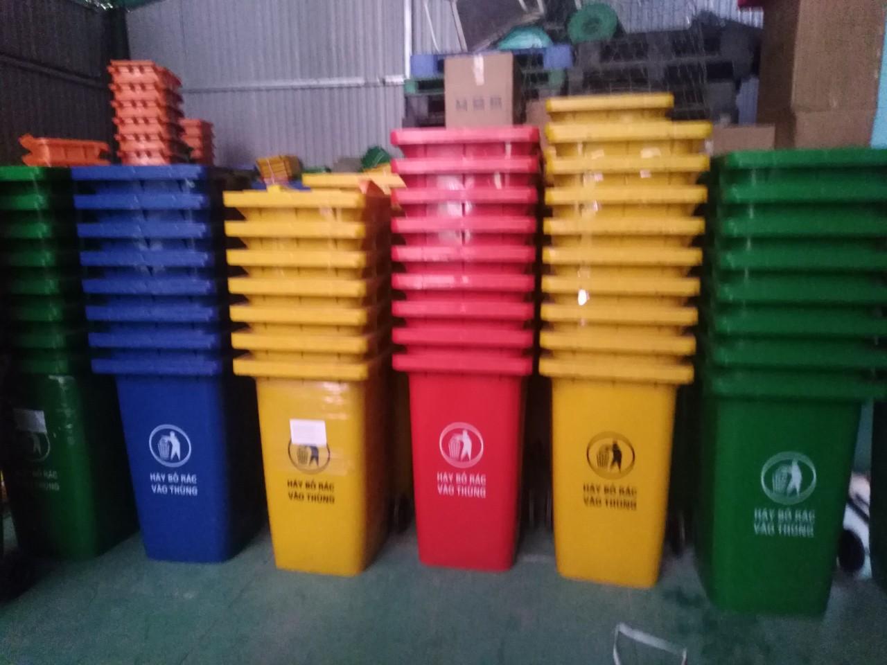 Thùng rác nhựa có 2 bánh xe dùng nơi công cộng